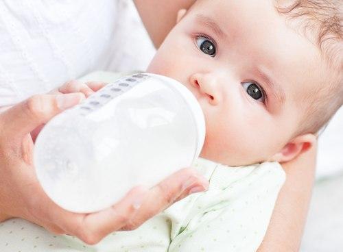 Mẹ ít sữa có nên cho con ăn sữa ngoài không?