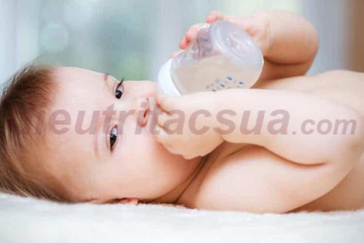 Cho trẻ uống oresol và nhiều nước