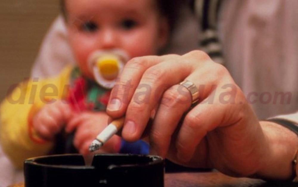 Khói thuốc cũng là một trong những nguyên nhân khiến trẻ sơ sinh bị ho