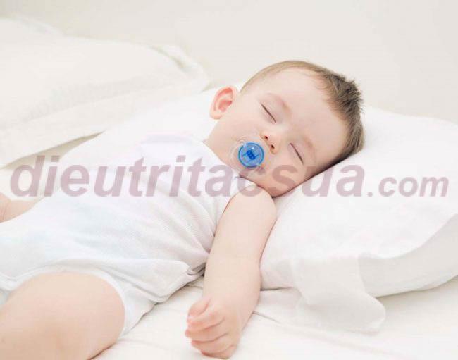 Nên kê gối cao cho bé ngủ khi bị sổ mũi